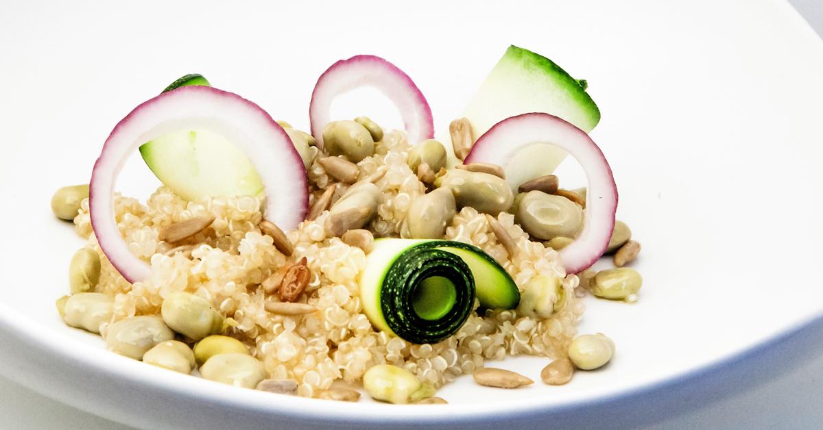 Ensalada de quinoa, calabacín, habitas baby y pipas