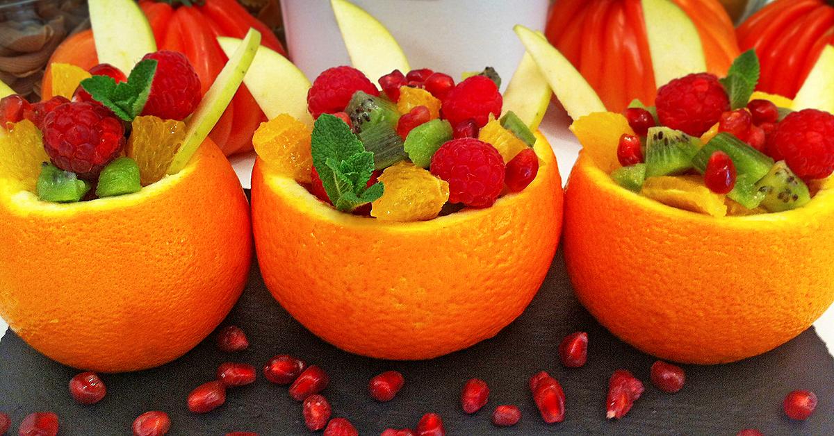 Naranjas rellenas de frutas y menta