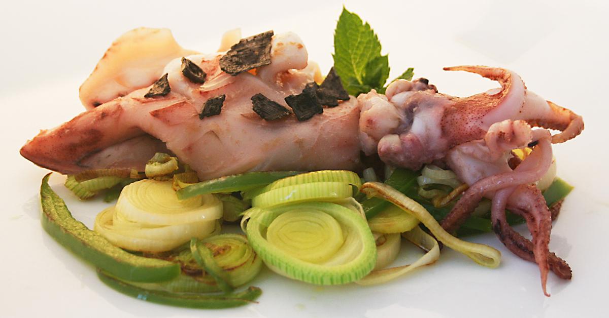 Calamar sobre verduritas frescas
