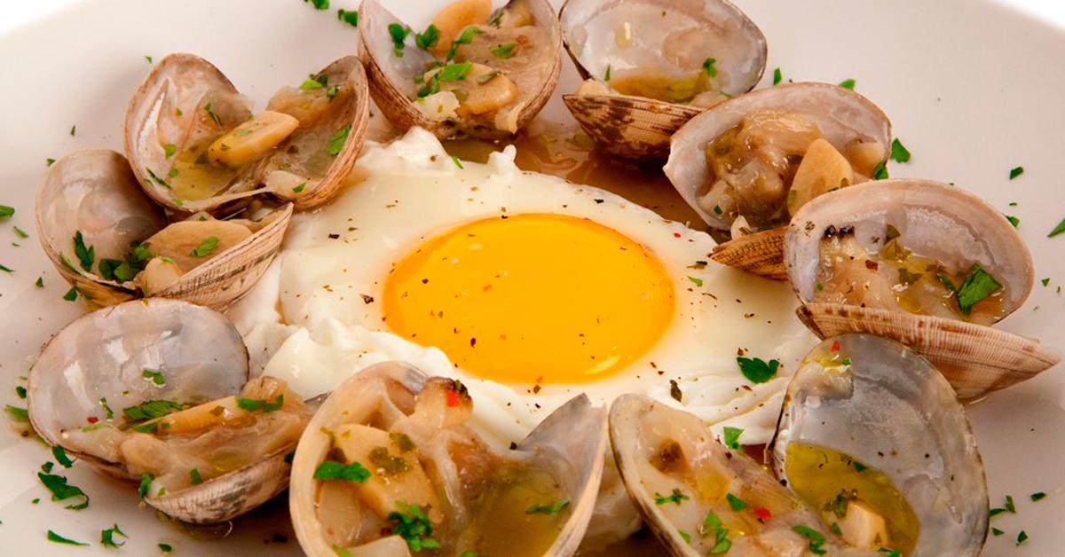 Huevo con almejas al ajillo
