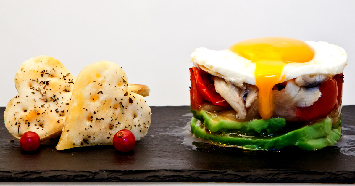 Huevo con boquerón en vinagre, aguacate y parrillada de verduras.